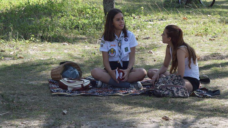 Jovens pioneiras em reunião
