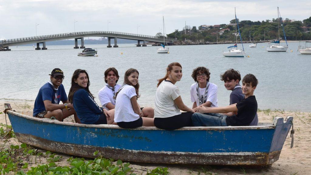 Pausa para uma foto da Equipe 3 na base do Chefe André, montada  em um barco em terra,