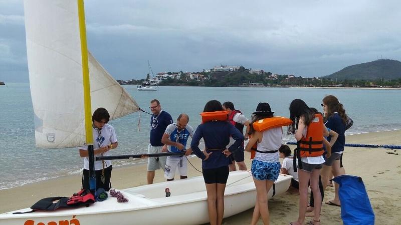Seniores e Guias recebem instruções sobre preparação do veleiro Ceará para velejar