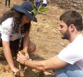 Gabi em destaque plantando uma árvore