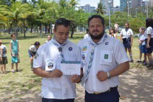 Luis Paulo contempla o seu certificado de 1 ano de serviço voluntário