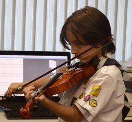 Conrad tocando violino