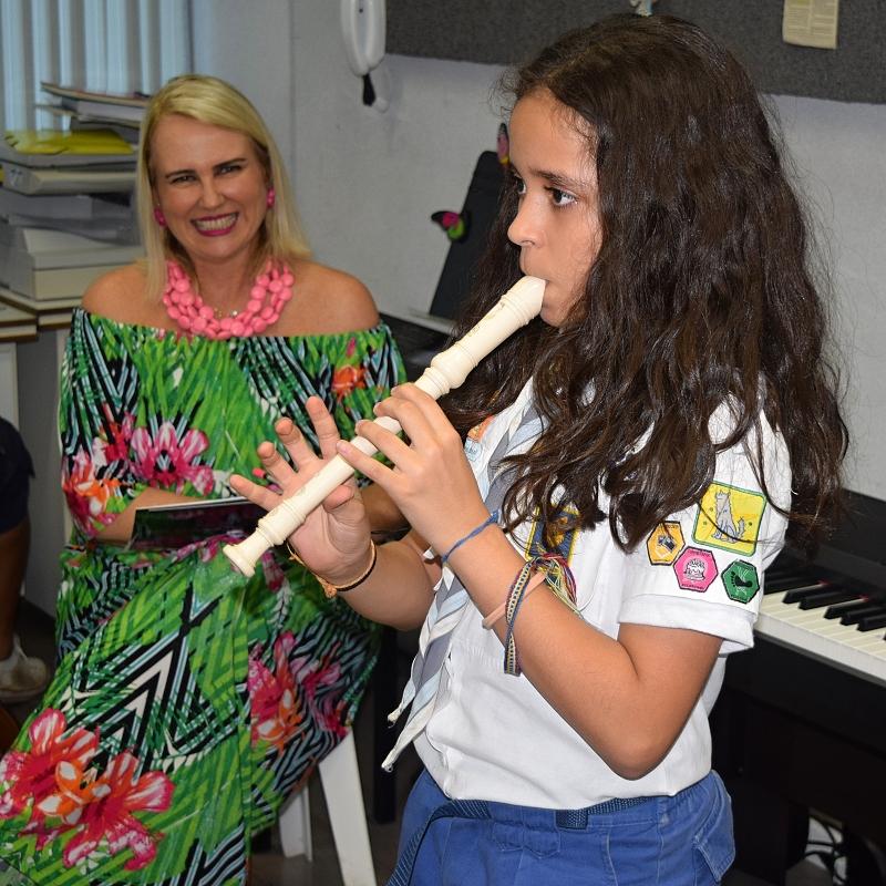 Professora Silvânia avalia a Escoteira Sophia