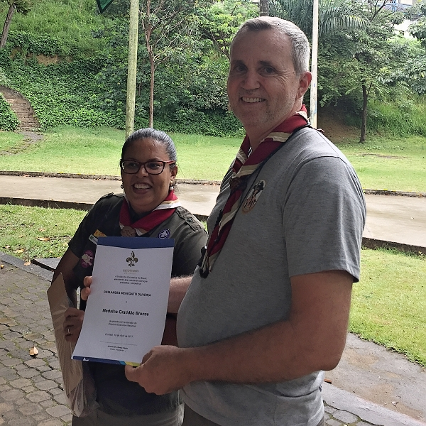 Chefe Deslandes e a medalha de gratidão bronze